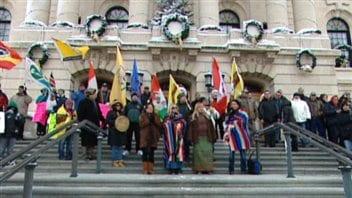 Des manifestants sur les marches du Palais législatif de Regina.