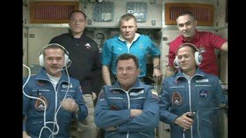 Les deux équipages. Chris Hadfield se trouve en bas à gauche.