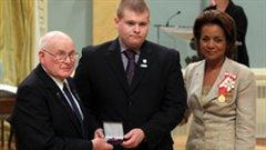 L'ancienne gouverneure générale du Canada, Michaëlle Jean, remet l'étoile du courage à la famille de l'agent Christopher Garrett lors d'une cérémonie à Rideau Hall.