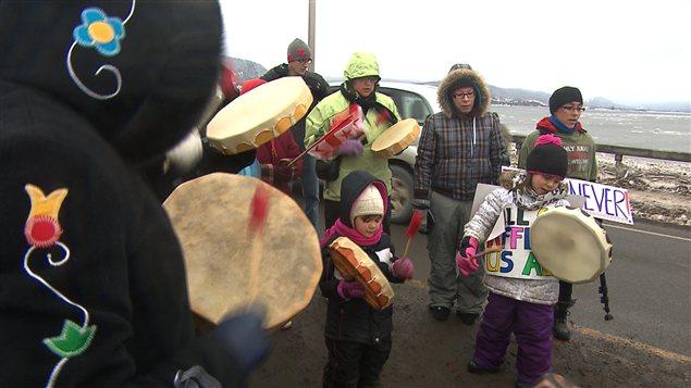 Des manifestants sur la route 132 vendredi
