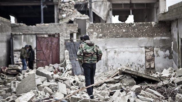 Un soldat syrien dans des ruines (archives)