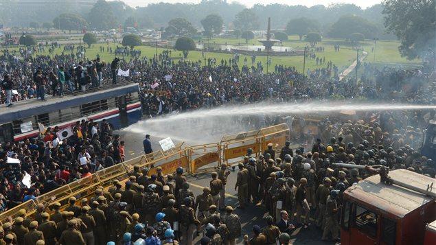 Le police tente de disperser des manifestants qui demandent plus de sécurité pour les femmes, à la suite du viol collectif d'une jeune étudiante dans un autobus