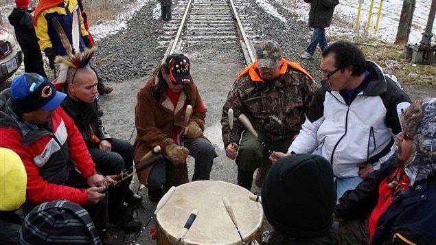 Des Autochtones de la nation Aamjiwnaang tiennent un barrage sur les rails du Canadien National, à Sarnia