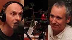 David Gentile, Vincent Marissal et le sapin de Noël que Philippe Desrosiers a amené en studio. Radio-Canada/Cécile Gladel