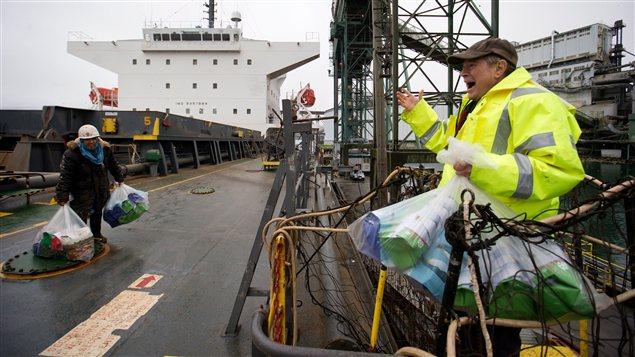 Des marins ont reçu des cadeaux de Noël au port de Vancouver.