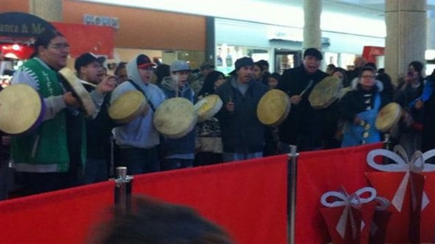 Chant traditionnel autochtone au centre commercial Cornwall de Regina