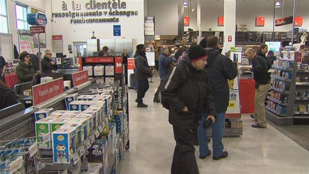 Les consommateurs sont nombreux chez Future Shop.