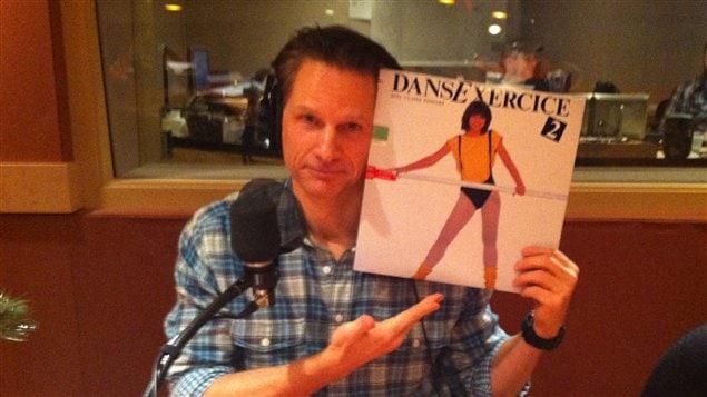 François Morency avec le vinyle de Claire Pimparé.