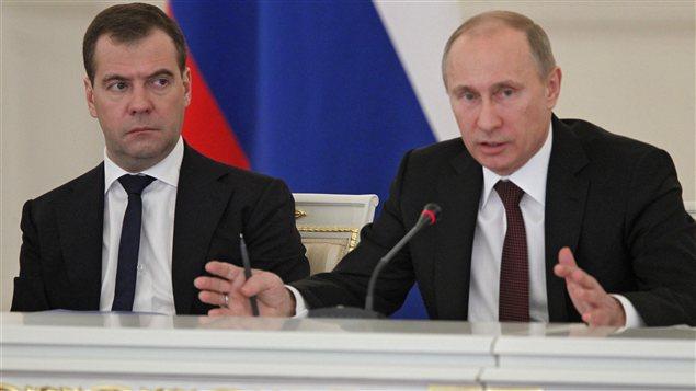 Le président Vladimir Poutine (à droite) et son premier ministre Dimitri Medvedev la veille de la promulgation de la loi.