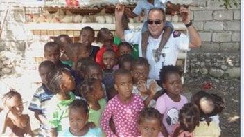 Le lieutenant Jocelyn Desrochers en mission en Haïti.