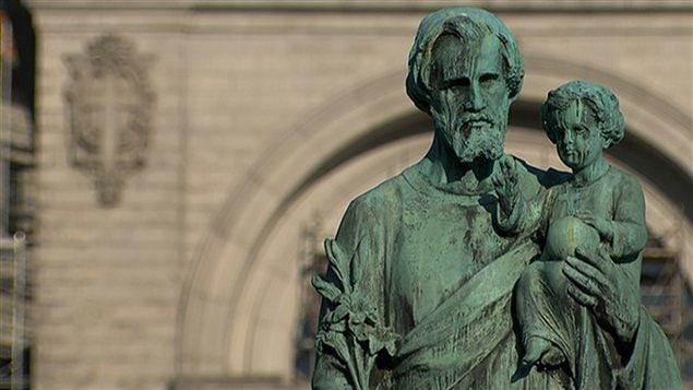 Une statue devant l'Oratoire Saint-Joseph, fondé par un religieux de la congrégation de Sainte-Croix