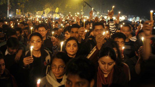 Veillée à la bougie à New Delhi en mémoire de la jeune femme morte à la suite du viol