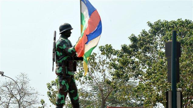 Un soldat brandit un drapeau de la République centrafricaine, dans la capitale Bangui