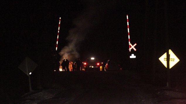 Des manifestants autochtones bloquent la voie ferrée entre Toronto et Montréal.
