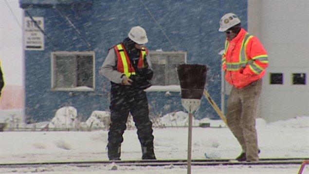 Des travaileurs inspectent une partie de chemin de fer après que trois hommes aient été blessés pendant qu'ils nettoyaient les rails le 26 décembre.