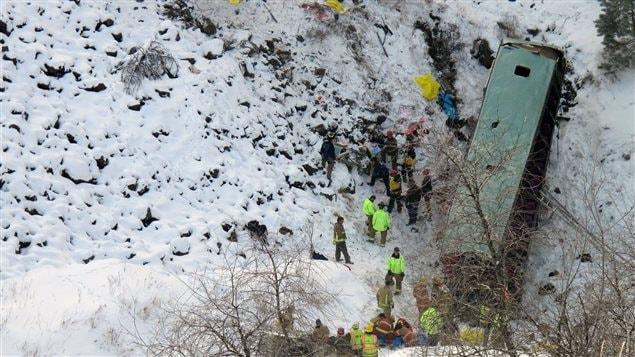 Des secouristes sur la scène de l'accident.