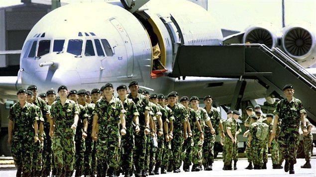 Des soldats britanniques participant à la force internationale de l'ONU au Timor oriental arrivent à l'aéroport de Darwin, en Australie, en 1999.