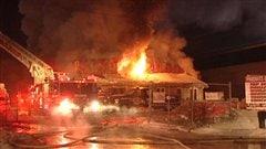 L'équipement industriel et les bombonnes de propanes sur le site n'ont pas facilité la tâche des pompiers.
