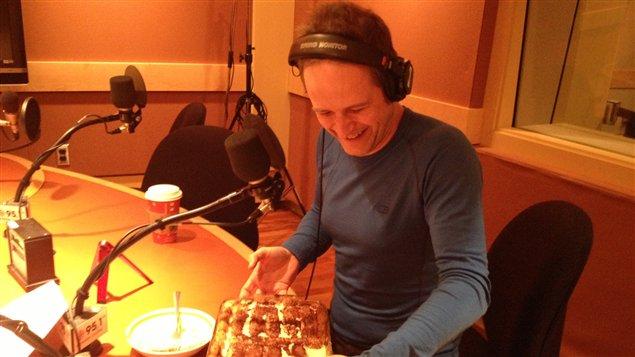 Philippe Desrosiers en studio. ©Radio-Canada/Ariane Léonard