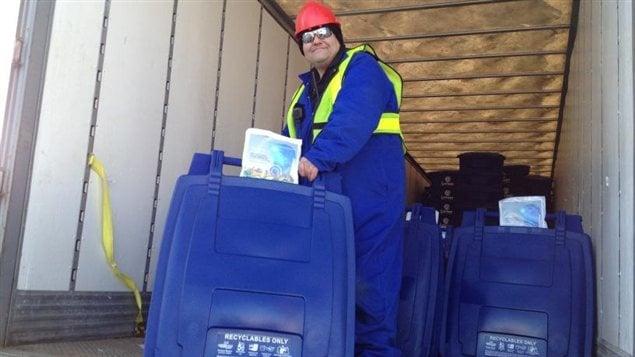 Le programme de recyclage de Saskatoon débute avec la distribution de conteneurs bleus.