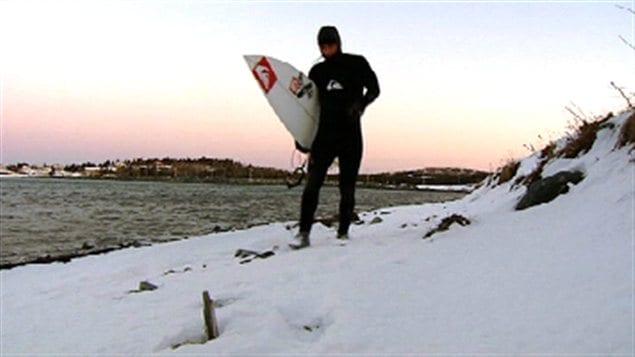 Un surfeur sur les côtes de la Nouvelle-Écosse
