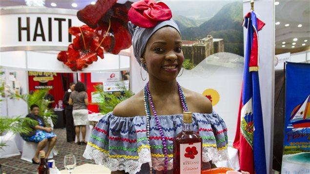 Une Haïtienne expose les produits de son pays dans une foire de tourisme tenue à Santo Domingo, en juin 2012.