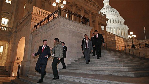 Des membres de la Chambre des représentants quittent le Capitole après la session extraordinaire du 1er janvier.