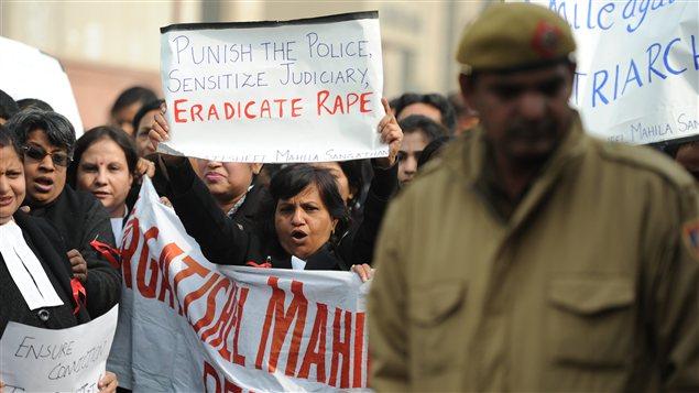 Les avocats indiens manifestent devant le tribunal où sont jugés les accusés du viol collectif d'une jeune étudiante à New Delhi.