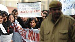 Les avocats indiens manifestent devant le tribunal o� sont jug�s les accus�s du viol collectif d'une jeune �tudiante � New Delhi.