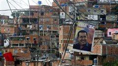 Une affiche montrant Hugo Chavez dans un quartier populeux de Caracas.