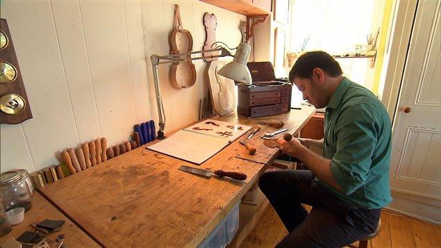 Le luthier Rémi Rouleau dans l'atelier de Neuville qu'il partage avec sa compagne et associée Judith Laforest.