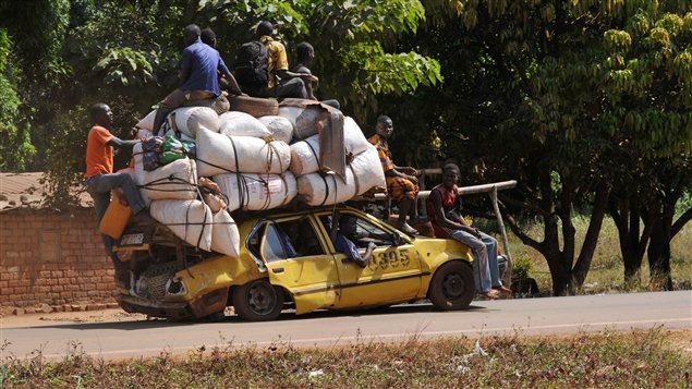 Des habitants de Damara quittent leur ville le 2 janvier 2013, en prévision de l'offensive des rebelles.