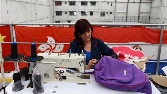 Une employée de l'usine de Miguel Caballero, près de Bogota, en Colombie, fabrique un sac à dos blindé