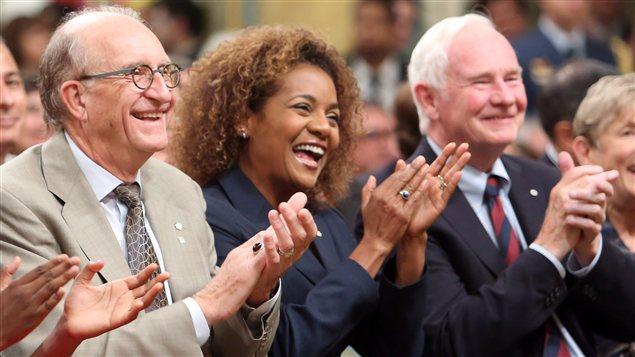 L'ancienne gouverneure générale du Canada, Michaëlle Jean, avec, à sa droite son mari Jean-Daniel Lafond et, à sa gauche, l'actuel gouverneur général, David Johnston