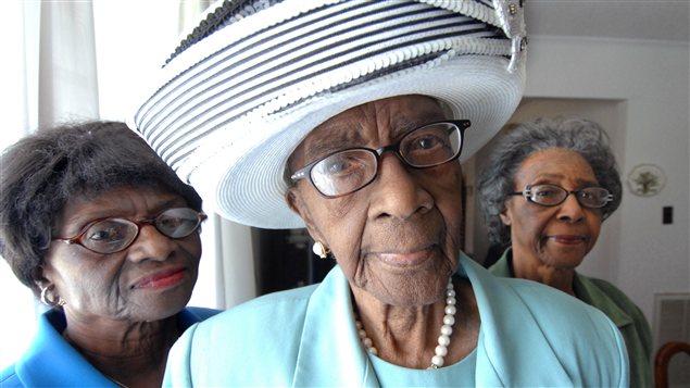 Mamie Rearden, en 2008, alors âgée de 110 ans, entourée de ses filles, Martha (gauche) et Mary