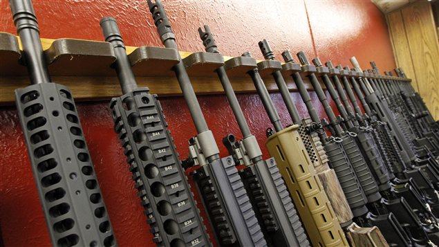 Des fusils AR-15 dans un magasin du Colorado