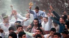Des Bulgares chantent et dansent dans la rivière Tundzha, à Kalofer.
