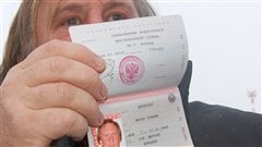 G�rard Depardieu montre son nouveau passeport russe.