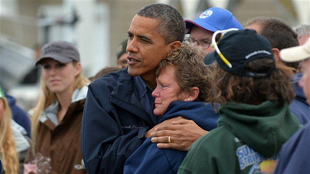 Le président Barack Obama réconforte Dana Vanzant, une victime de la tempête Sandy, lors de sa visite à Brigantine, au New Jersey, le 31 octobre 2012.