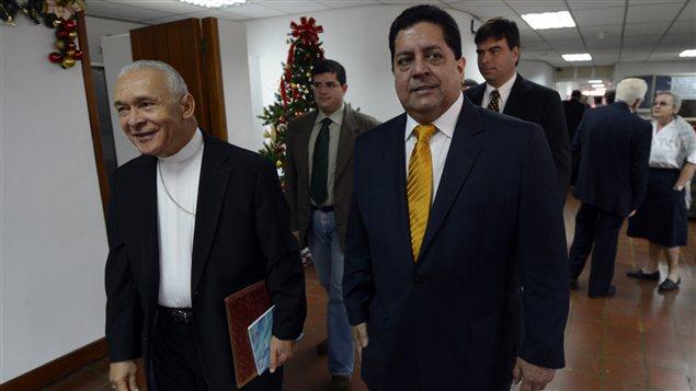 Mgr Padron (à gauche) marchait aux côtés du député d'opposition Edgar Zambrano avant de s'adresser à la commission épiscopale.