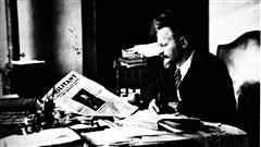 L�on Trotsky lit le journal <i>Le militant</i> en 1931 / � Wikip�dia