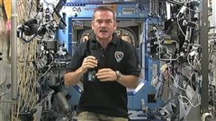 Chris Hadfield en conférence de presse en direct de la SSI