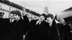 John Lennon, Ringo Starr, Paul McCartney et George Harrison �  l'a�roport de New York en 1964.