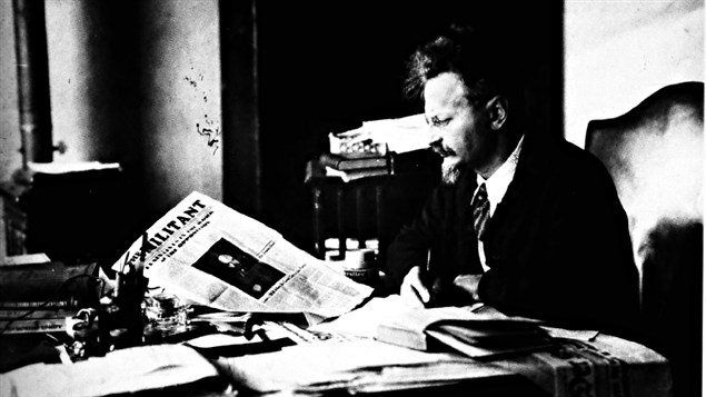 Lon Trotsky lit le journal <i>Le militant</i> en 1931 /  Wikipdia