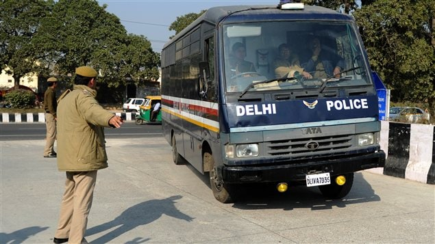 Le convoi transportant les accusés du viol collectif de New Delhi arrive au tribunal