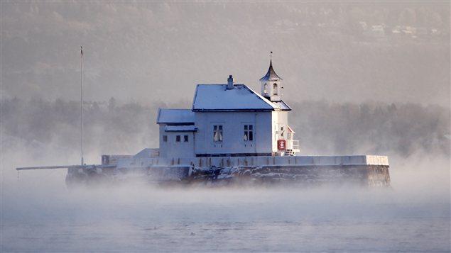 Un phare est entouré de brume dans le fjord d'Oslo.