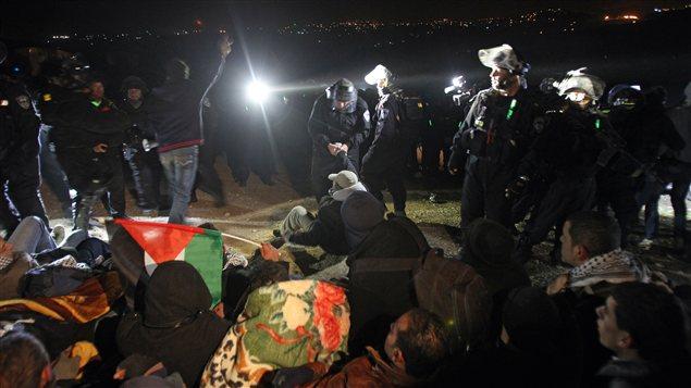 Des soldats israéliens délogent des militants palestiniens d'un camp de tentes intallés pour protester contre la colonisation