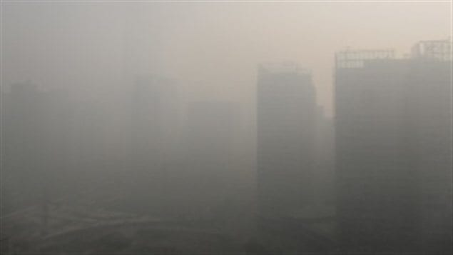 Le China World Trade Center, à Pékin, lors d'une journée de smog