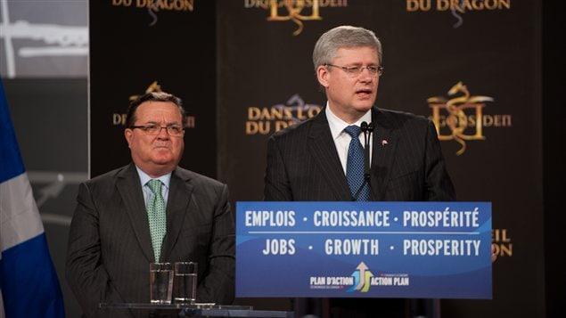 Le premier ministre du Canada, Stephen Harper, accompagné du ministre des Finances, Jim Flaherty, tous deux de passage à Radio-Canada.