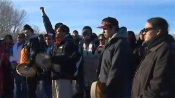 Des manifestants du mouvement Idle No More bloquent le pont de la 14e Rue à Calgary, le 13 janvier 2013.